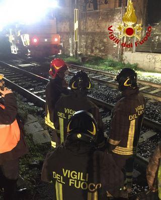 Treno merci investe piattaforma con operai nella Galleria del Pellegrino