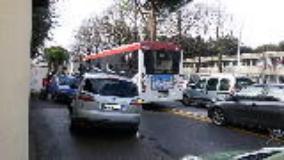 caos di traffico all'uscita della scuola
