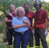 I soccorritori col gattino salvato