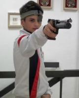 Un giovane sportivo del tiro a segno