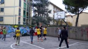 Cinquanta ragazzi colorano il Quartiere 4, inaugurati i murales ai campini da basket di via Maccari