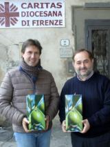 Il sindaco Nardella consegna l'olio della Città Metropolitana di Firenze al presidente della Caritas Martini (foto Antonello Serino - Met)