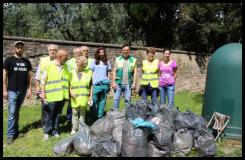 I volontari con i sacchi di rifiuti raccolti