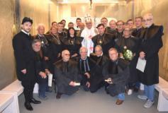 Il vescovo di Prato con membri magistrato e premiati