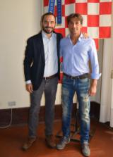Il sindaco Samuele Bertinelli con Jonatan Bartoletti nella sala del Gonfalone