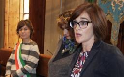 Brenda Barnini, Sindaco di Empoli, consegna la Costituzione ai volontari del Servizio Civile