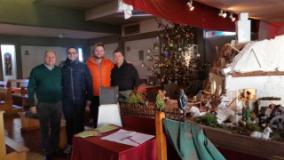 Nella foto il sindaco Lorenzini è con il consigliere comunale, Manuel Fava e Maycol Stefani e Daniele Masciotra, tra i creatori del presepe di Oste