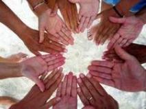 cerchio di mani (fonte comunicato stampa sito comune)