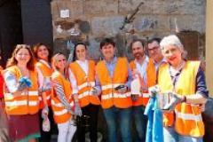 Il sindaco e la giunta con gli Angeli del Bello ripuliscono il Ponte Vecchio dalle scritte