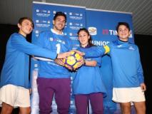 Giovanni Simeone e Marta Morreale firmano il pallone