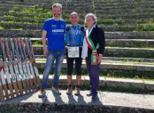 Il sindaco di Fiesole Anna Ravoni con vincitori della Ultra -Trail® Via degli Dei