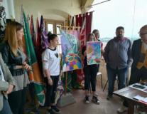 Le studentesse vincitrici del concorso e il labarino