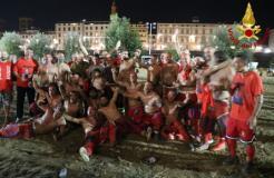 Le vecchie glorie del calcio storico fiorentino contro i pompieri di Firenze