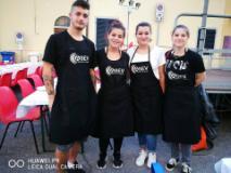 Cena in Strada dei Rioni, a servire ai tavoli i ragazzi e le ragazze dei corsi professionali dell'Asev