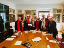 105 assegni da 300 euro per pagare le utenze domestiche: il regalo della Compagnia di Babbo Natale agli anziani di Firenze