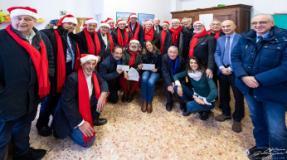 La Compagnia dei Babbi Natale consegna gli assegni alla Casa Speranza di Settignano