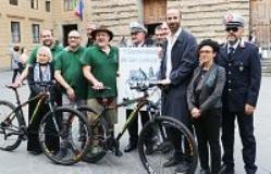 Associazione I sopravvissuti di San Lorenzo consegna 3 mountain bike alla polizia