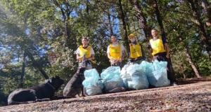 Puliamo il bosco. Decine di sacchi pieni di vetro e plastica. I volontari ambientali fanno 'piazza pulita' di rifiuti abbandonati