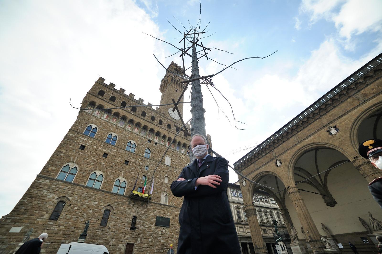 Il direttore degli Uffizi Schmidt di fronte all'albero di Giuseppe Penone (Fonte foto Uffizi)